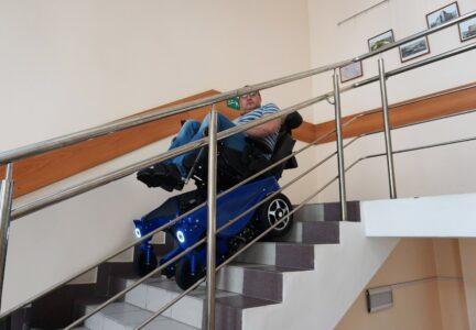 Инвалидная коляска на лестинице