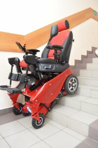 Коляска инвалидная на лестнице